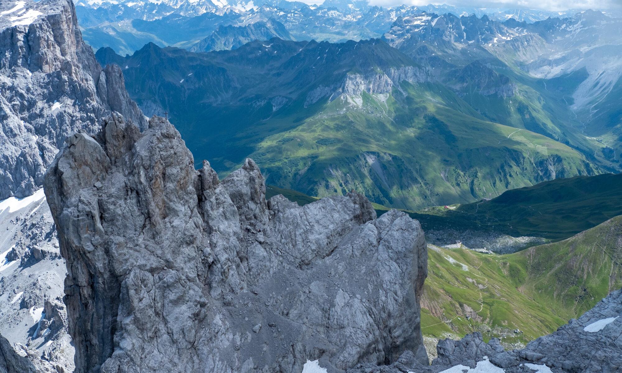Blick vom mittleren Gipfel der Dri Türm auf die Carschinahütte