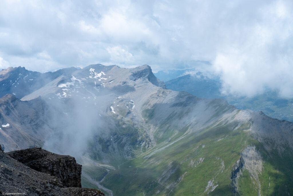 Blick auf Carnusahora und Bruschghorn ab Piz Beverin