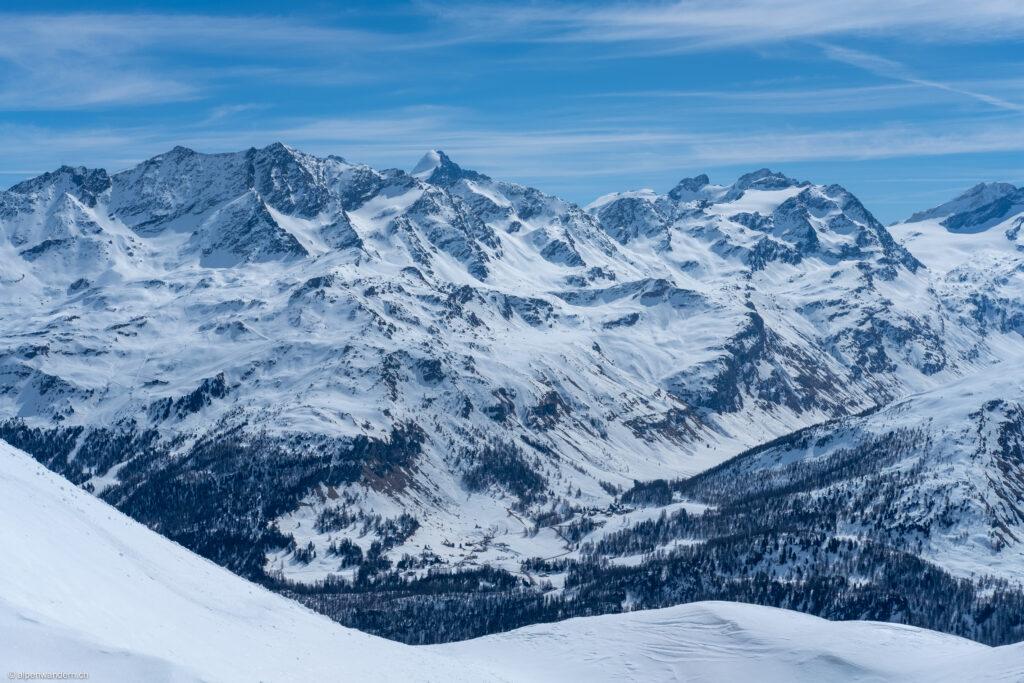 Blick von der Fuorcla Grevasalvas auf die Engadiner Berge mit dem Piz Roseg in der Bildmitte